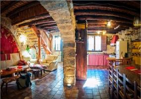 Salón comedor con arcos de piedra y techos de madera