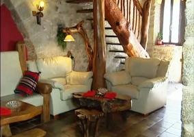 Sillones de cuero blanco con mesa de madera