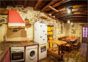 VIsta panorámica de la cocina y la mesa
