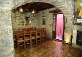 Zona de la mesa con arco de piedra