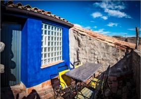 Terraza con mobiliario y pared azul