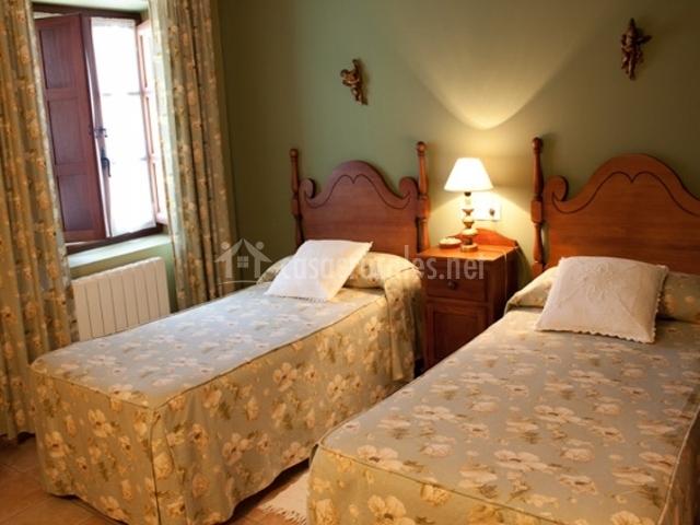 Posada san pedro en ore a cantabria - Dormitorios juveniles de dos camas separadas ...