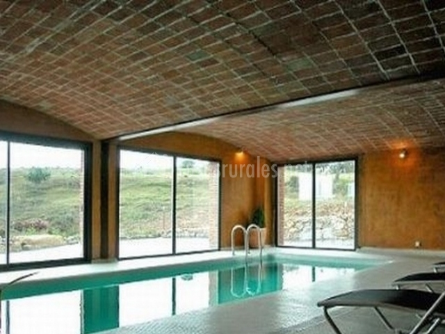 El refugi en capolat barcelona for Casa rural piscina climatizada interior