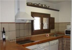 Cocina equipada con encimera de madera