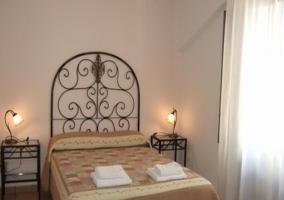 Dormitorio de matrimonio con cabecero y terraza