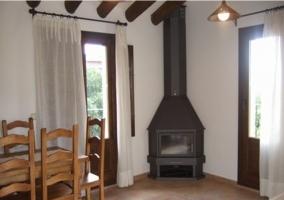 Salón con chimenea y salida a la terraza
