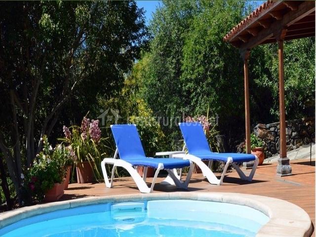 Solárium junto a la piscina