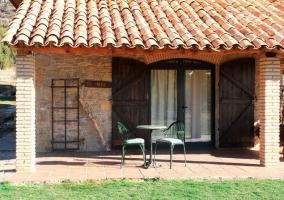 Entrada de la casa rural con mesa y sillas