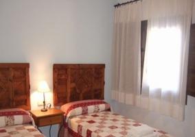 Dormitorio doble con cabeceros de madera tallados