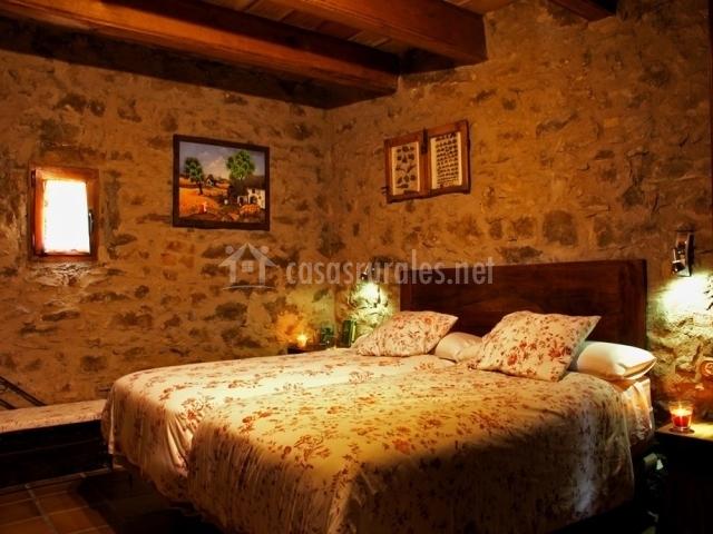 Dormitorio con dos camas de la casa rural