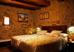 Dormitorio con cama de matrimonio de la casa rural