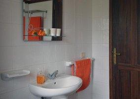 Cuarto de baño de azulejos blancos