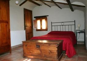 Dormitorio con baúl