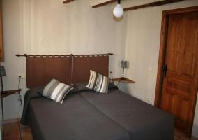 Dormitorio con colcha gris