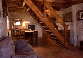 Sala de estar y escaleras de madera