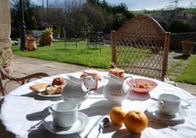 Mesas y banco en el jardín