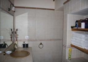 Baño con toallas en la casa rural