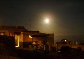 La fachada de la casa iluminada por la noche