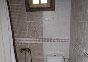 Plato de ducha con azulejos en tonos marrones