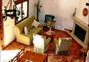 Mobiliario del comedor y escaleras con barandilla de madera