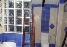 Baño azul de la casa rural con ducha y escalera de madera