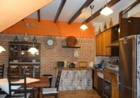 Cocina de la casa rural y mesa de comedor