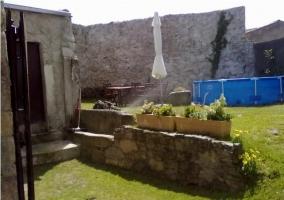Jardín con piscina hinchable en la casa rural