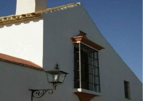Terraza de la casa rural con sombrilla abierta