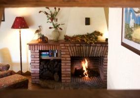 Salón con chimenea grande de la casa rural