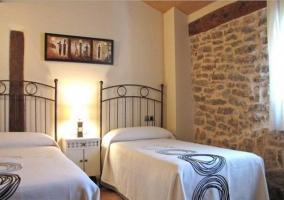 Dormitorio matrimonial con colcha elegante y cuadro