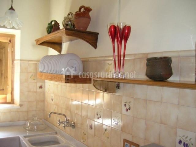 Cal escaler en casserres barcelona - Cocinas con azulejos beige ...