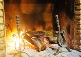 Asando castañas en la chimenea