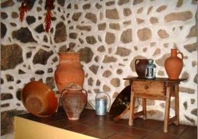 Detalle de la decoración. Botijos de barro
