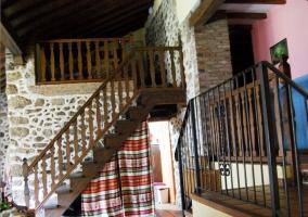 Escaleras de madera y pared de piedra y ladrillo