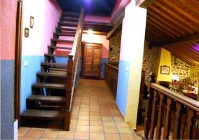Escaleras de madera y pared rosa y azul