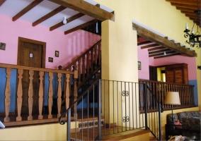 Escalón del salón hacia las escaleras