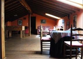 Mobiliario con futbolín y techo de madera