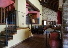 Salón comedor con escaleras y mobiliario