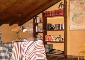 Zona de biblioteca. Techo abuhardillado