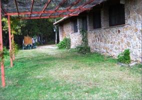 Zona de jardín con porche y mobiliario