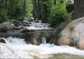 El agua cayendo entre las rocas