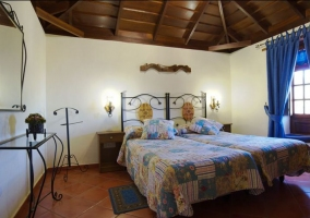 Dormitorio doble de la casa rural con techo de madera