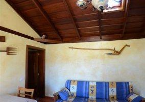 Salon comedor de la casa rural con decoracion rustica