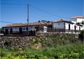 Vistas a los alojamientos con muro de piedra y vallado de madera
