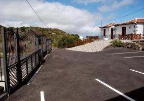 Zona de aparcamiento privado con verja negra