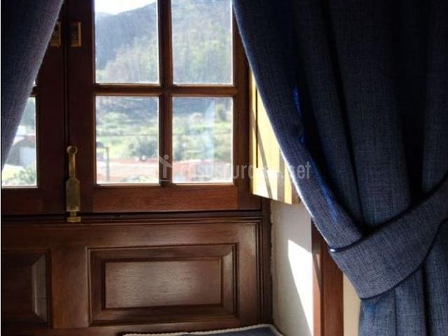 Dormitorio de matrimonio con ventana y vistas
