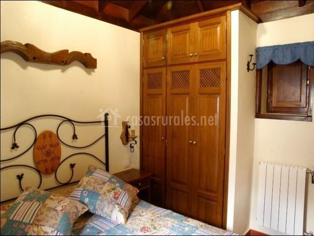 Dormitorio doble con calefacción y armario de tres puertas