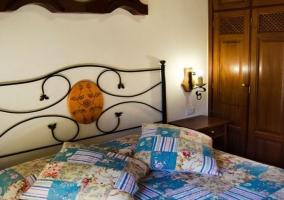 Dormitorio de la casa rural con armarios roperos