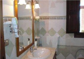 Cuarto de baño de la casa rural con secador de pelo
