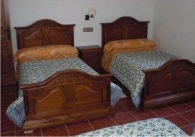 Dormitorio cuadruple de la casa rural con cabeceros de madera